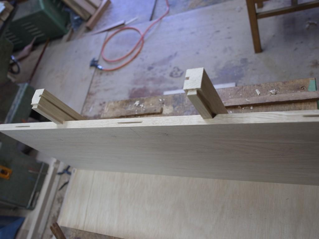 机の天板のはぎ合わせ前。 反り止めの吸付き桟と抽斗の受けを兼ねてます。