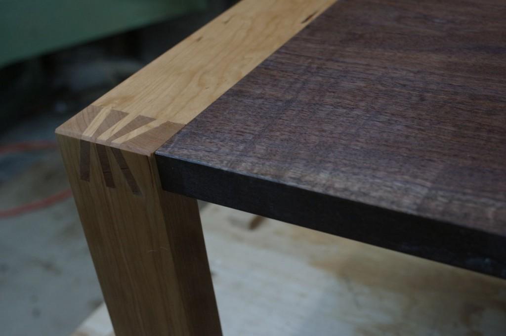 ウォールナット+チェリーのテーブルににオイル塗装を施す
