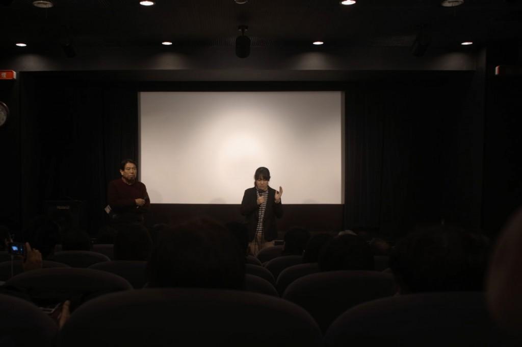 舞台挨拶をする伊藤めぐみ監督