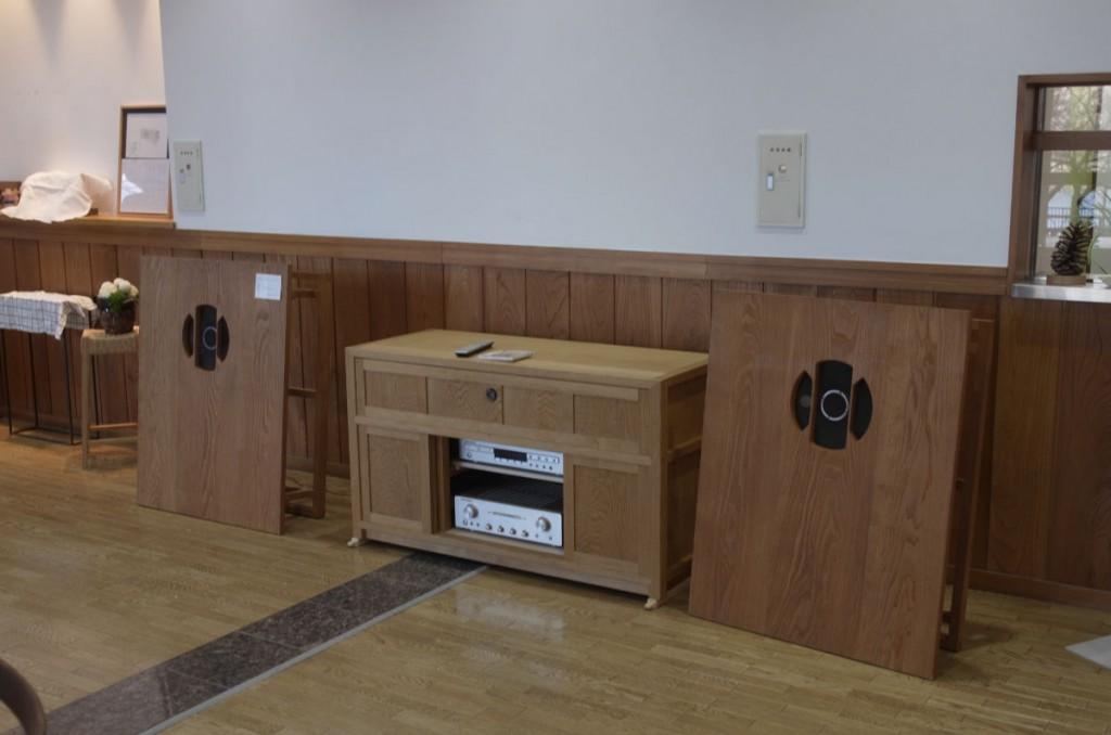 展示会場の平面バッフルスピーカーシステム