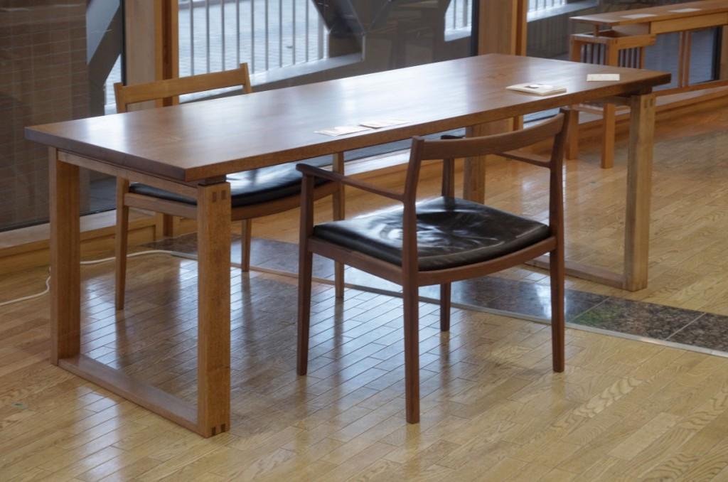 ナラ・テーブルとアームチェア