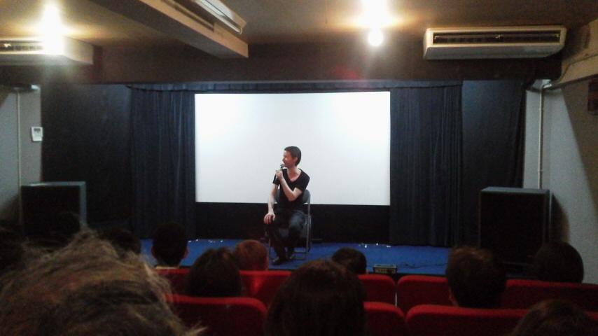 上映会で挨拶するイアン・トーマス・アッシュ監督