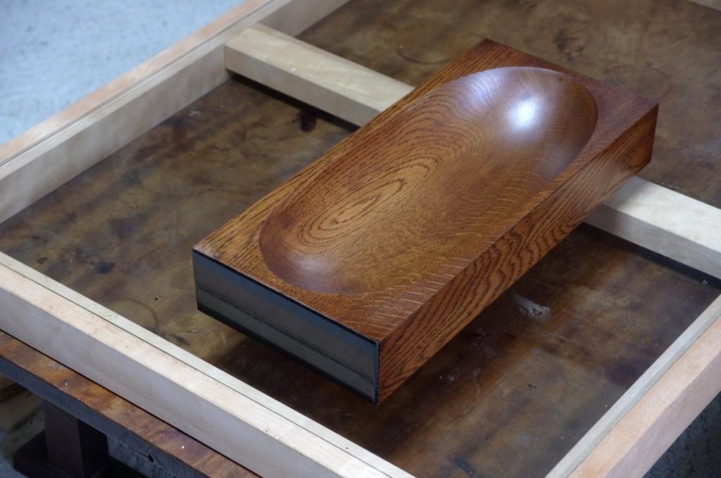 拭漆の器の木口に布着せをして色漆