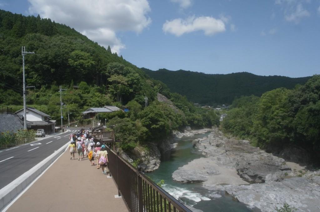 宮滝バス停から吉野川を渡る