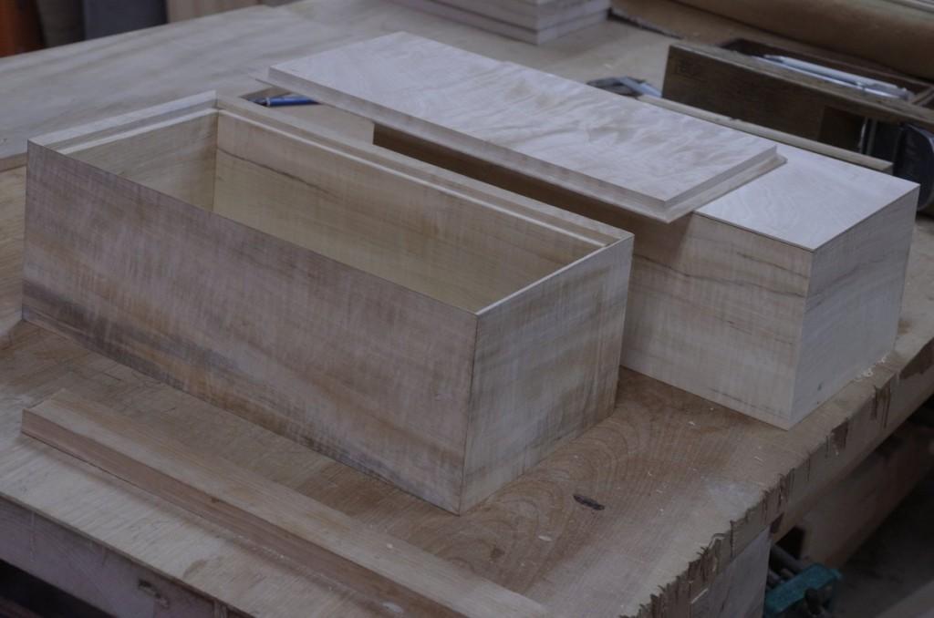 製作中のトチの箱の被せ蓋