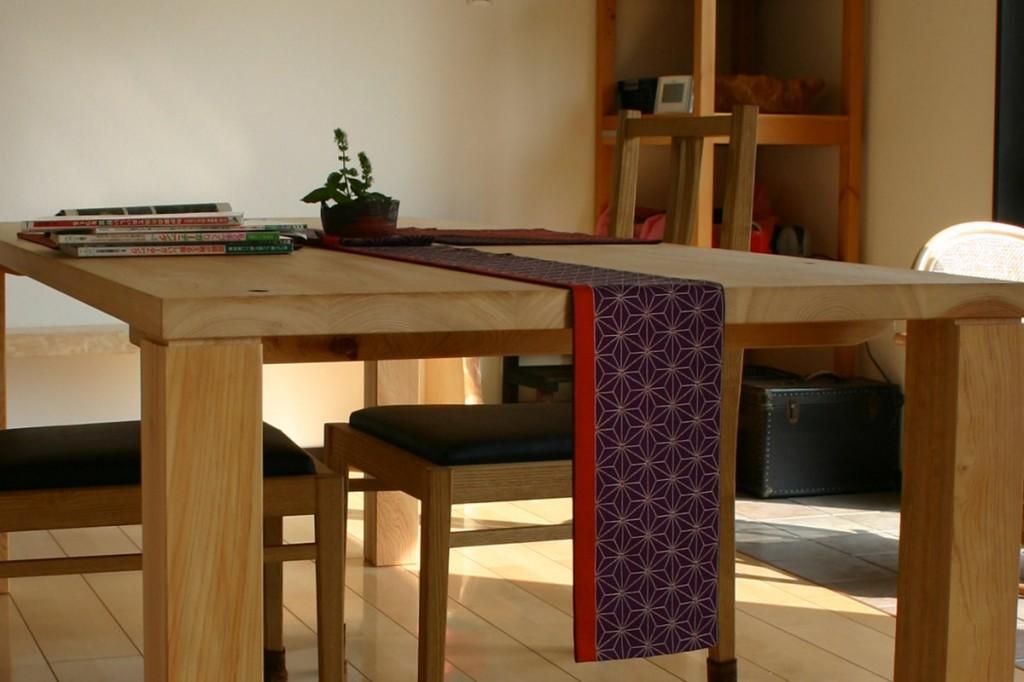 支給されたヒノキ板で作ったテーブル。木表を上にして接いである。