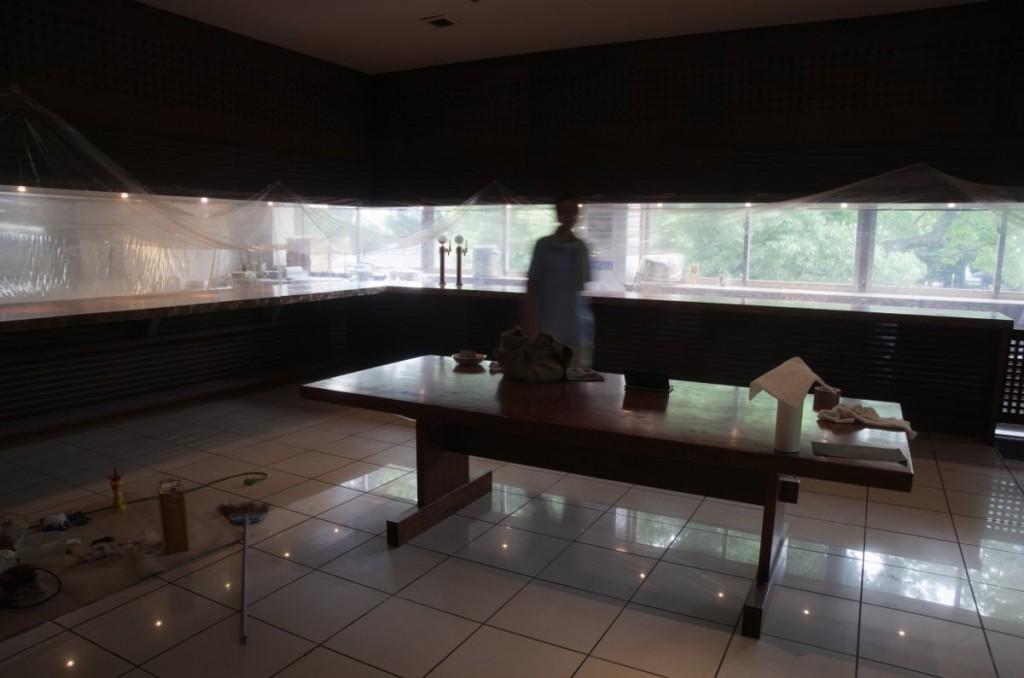 L型カウンター。厨房を養生して再塗装。