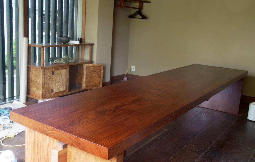 拭漆をかけ直したブビンガのテーブル。こちらは長さ4メートルある。