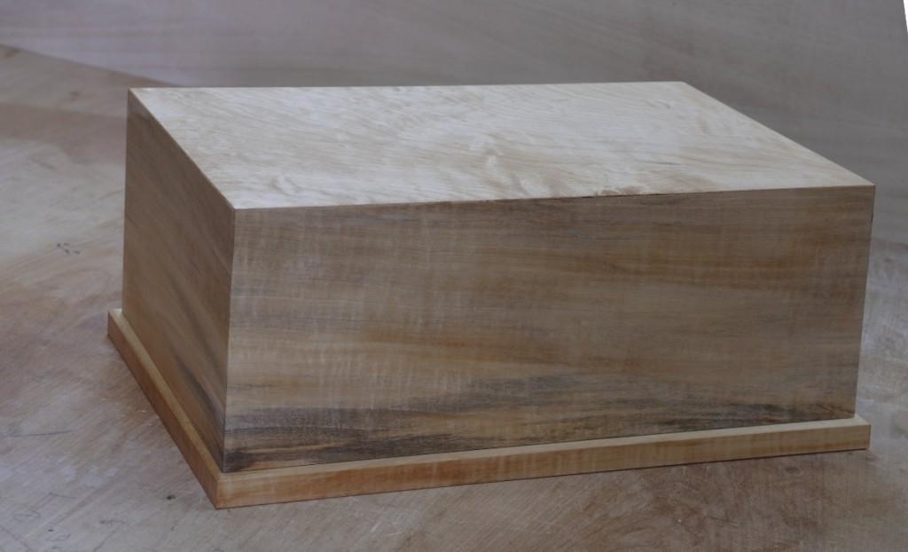 トチの古材を使った碁笥(ごけ)入れの小箱