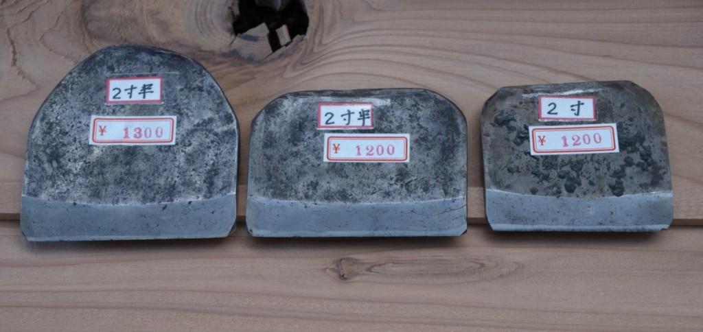 終い弘法で買った鉋身3枚。いずれも地金が柔らかく鋼が薄く使いやすそうだ。しかもちゃんと使われている