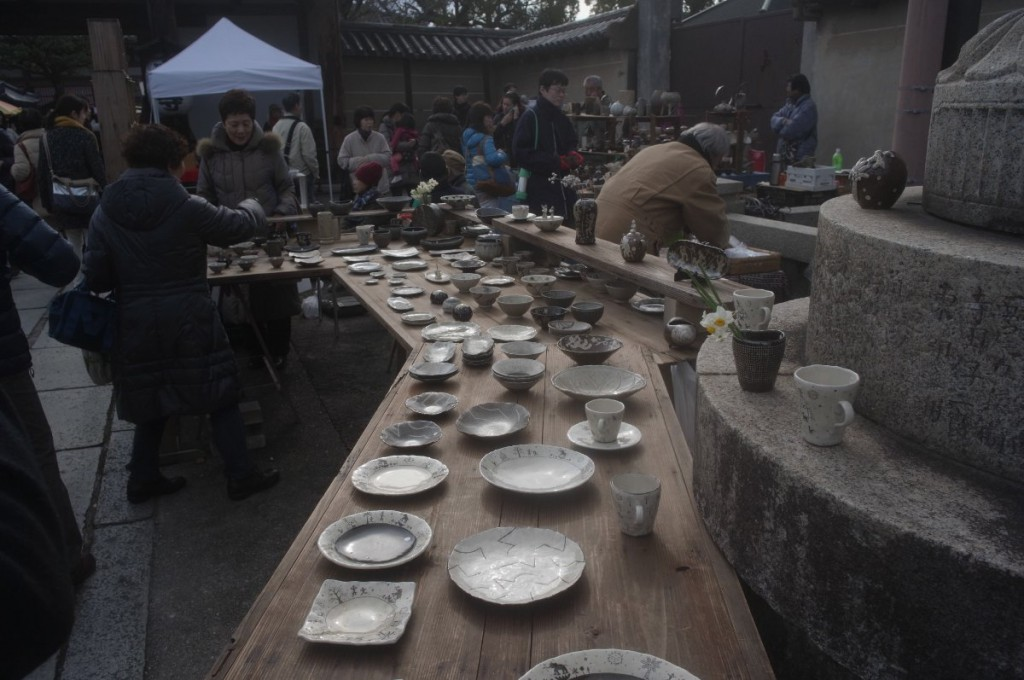 弘法さんや天神さんでは、骨董やテキ屋の他に最近はクラフトの店も多い。