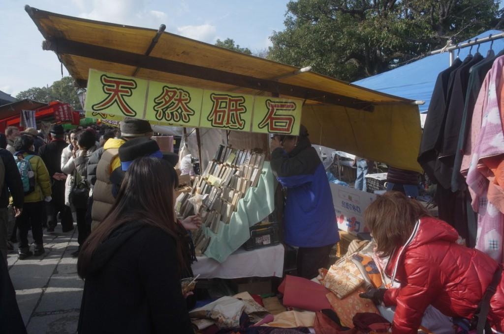 弘法さんに例年出展している砥石屋。砥石の売買もおかしな事になっていますが、そこそこ良心的価格設定。