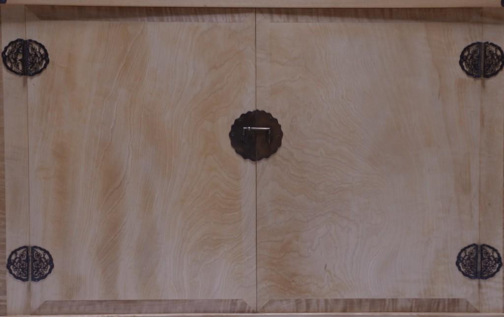 戸板など見付部分。戸板の上下に端嵌めを施す。