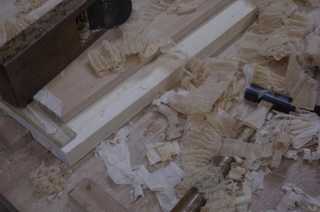 赤っぽい屑が天板。白い屑が戸板の栃