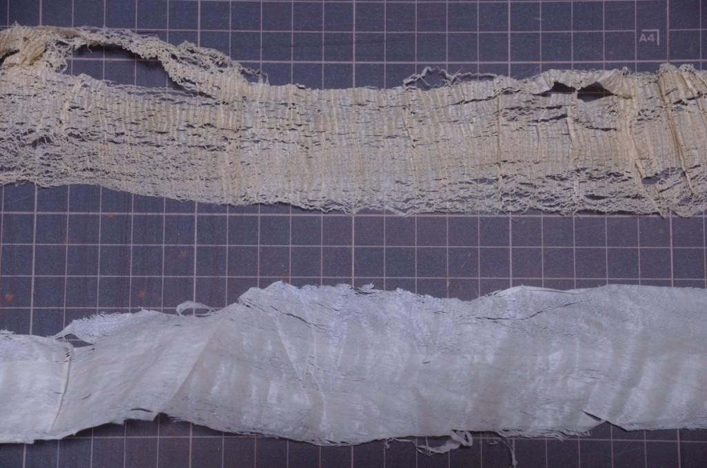 上が天板の屑、逆目を抑えるため裏を効かせているため縮緬状の屑になる。下は戸板のトチ。