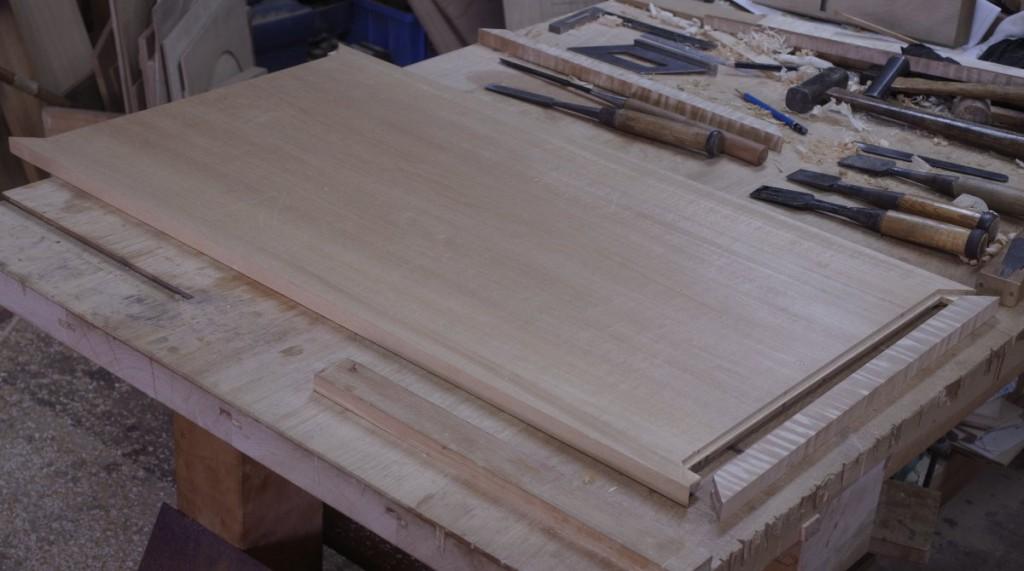 栃厨子の天板。30年ほど保管した板。端嵌めを施す。