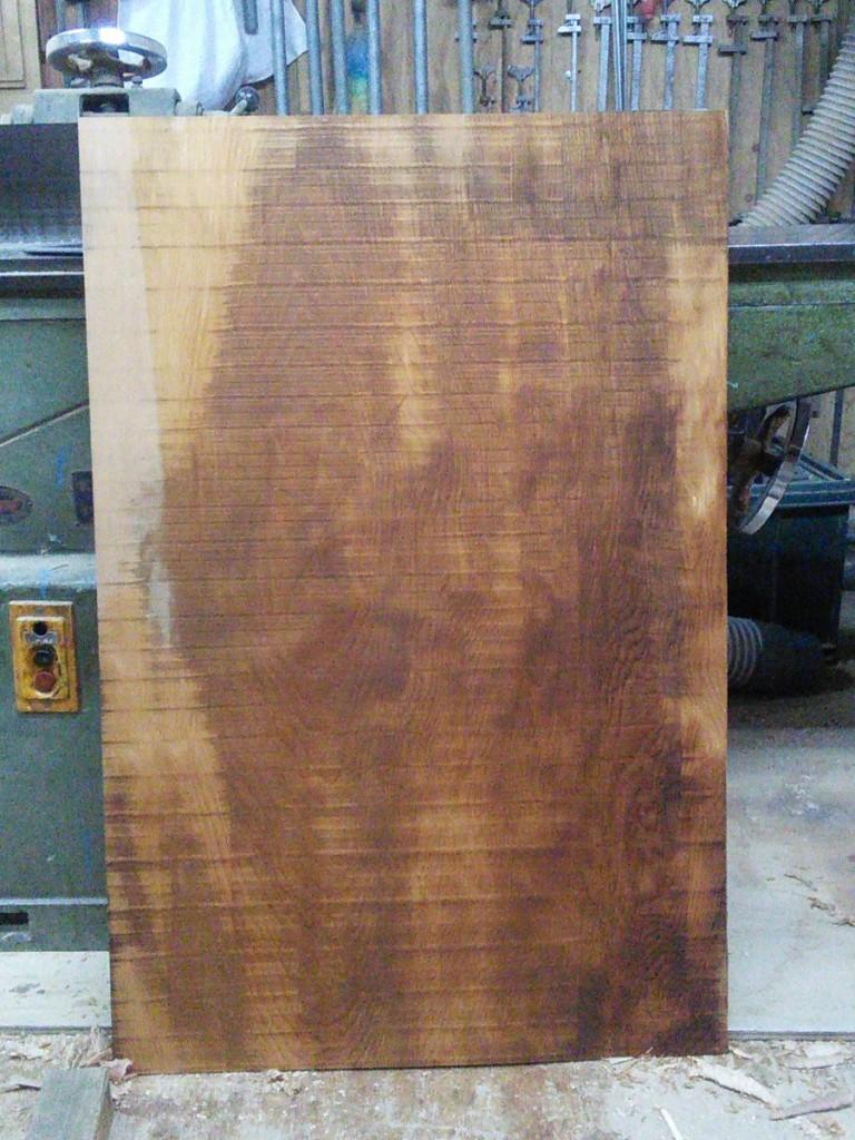 ヒノキの薄板。割れ、入皮などの傷を外して幅・2尺4寸、高さ・3尺ほどの無地の材が取れた