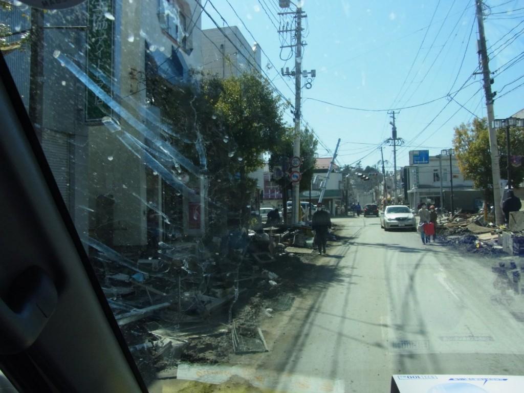 初めて訪れた石巻市街地。露出もピントもデタラメな汚れたフロントガラス越しのこうした写真が、かえって今は当時のおののきを現しているように思います。