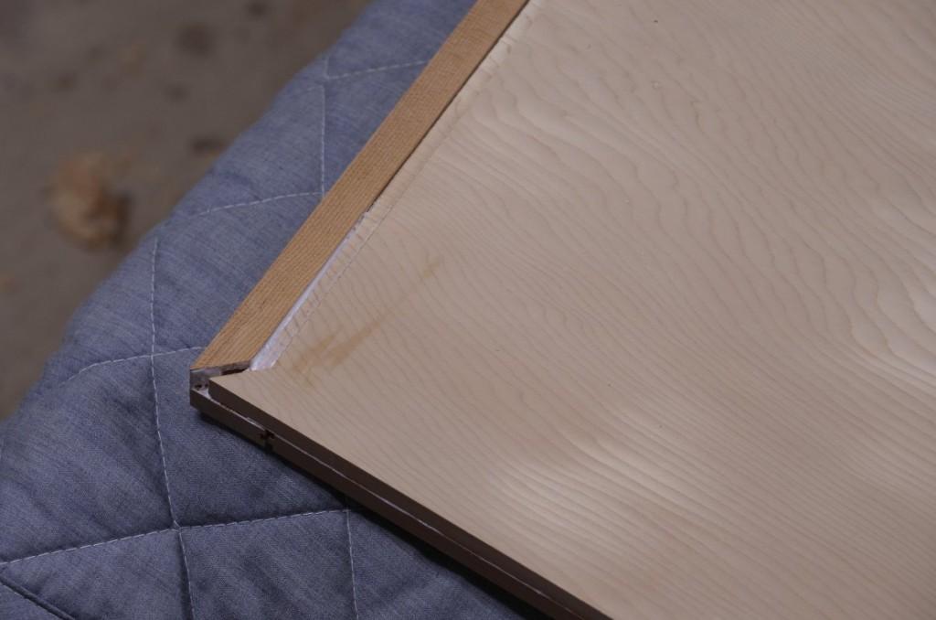 端ばめの留に近い部分のみ接着剤で固定。