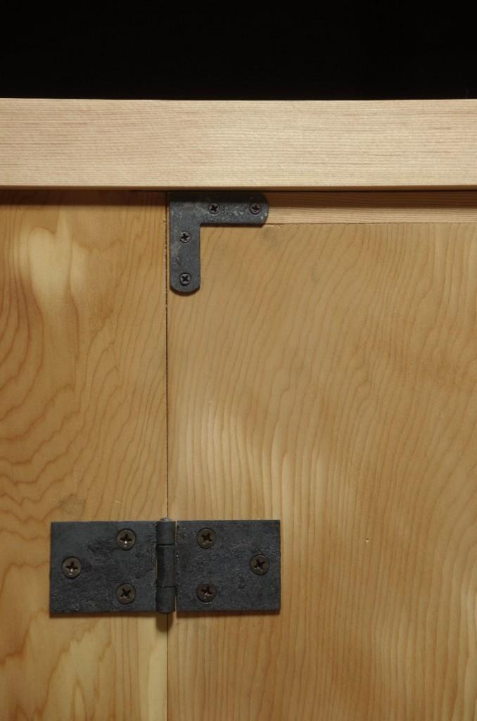 丁番と扉金具。いずれも鉄に正絹磨きを施す。