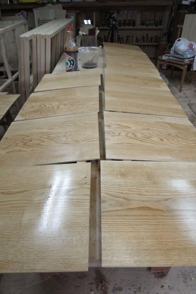 クリの薄板に柿渋を塗布する。