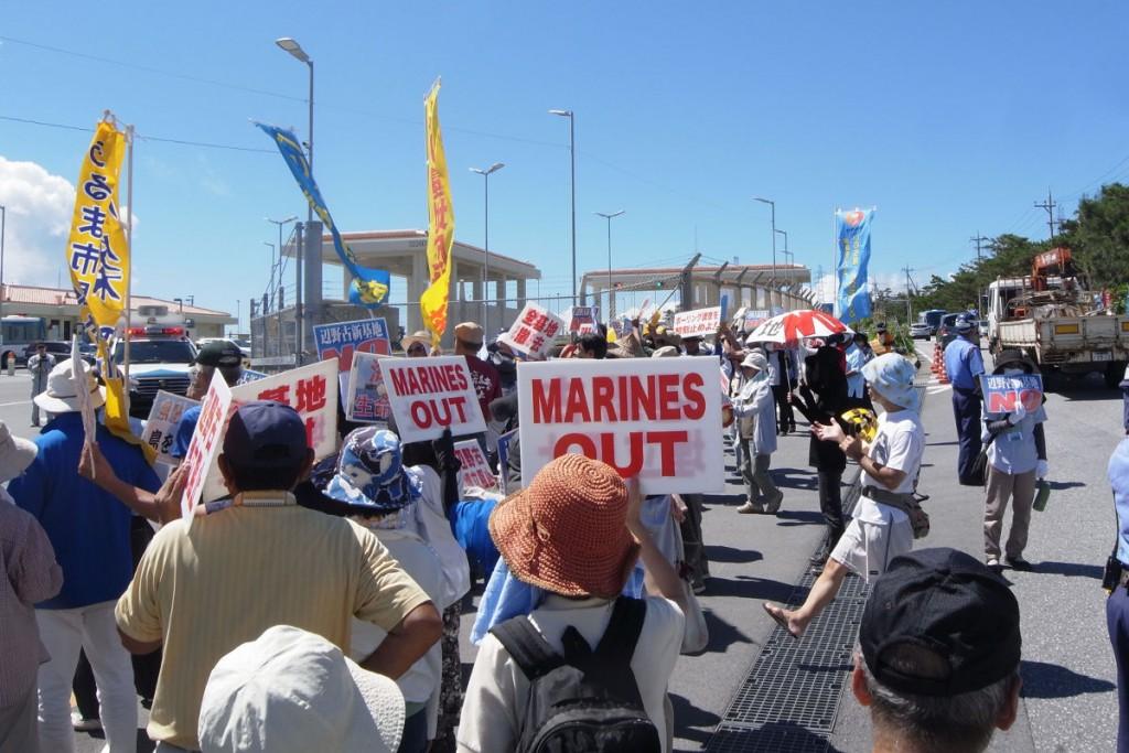 昼前のキャンプ前での抗議デモ