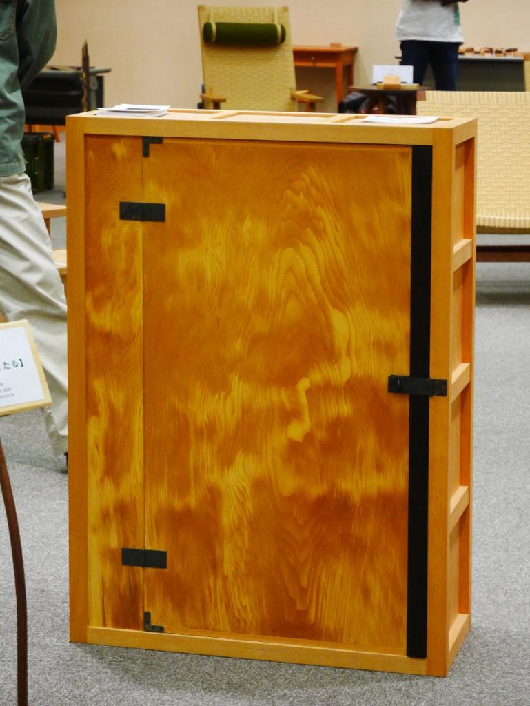 ヒノキの古材を扉に使った棚です。