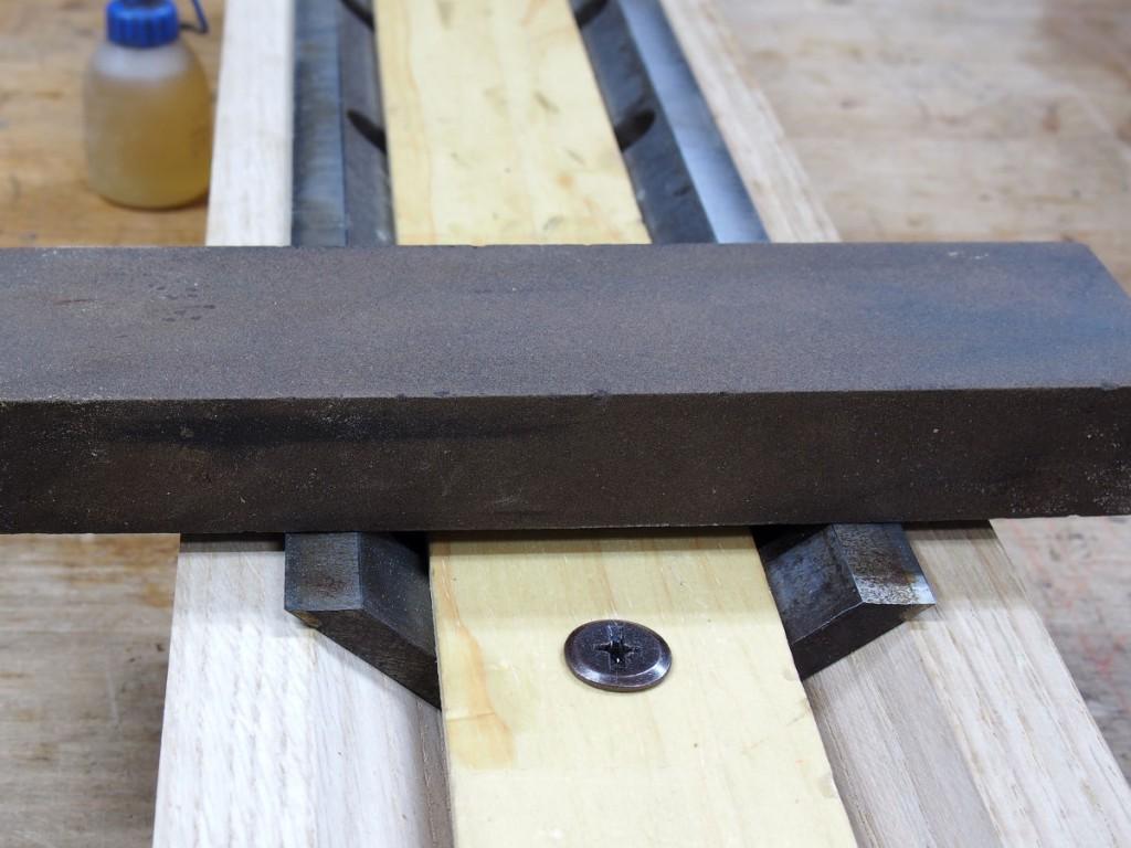 油砥石で研ぐ。この後、縦に研ぎ、さらに裏を整える。