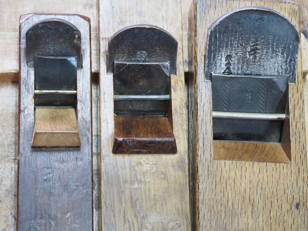 上の3台の鉋の刃口の埋め方