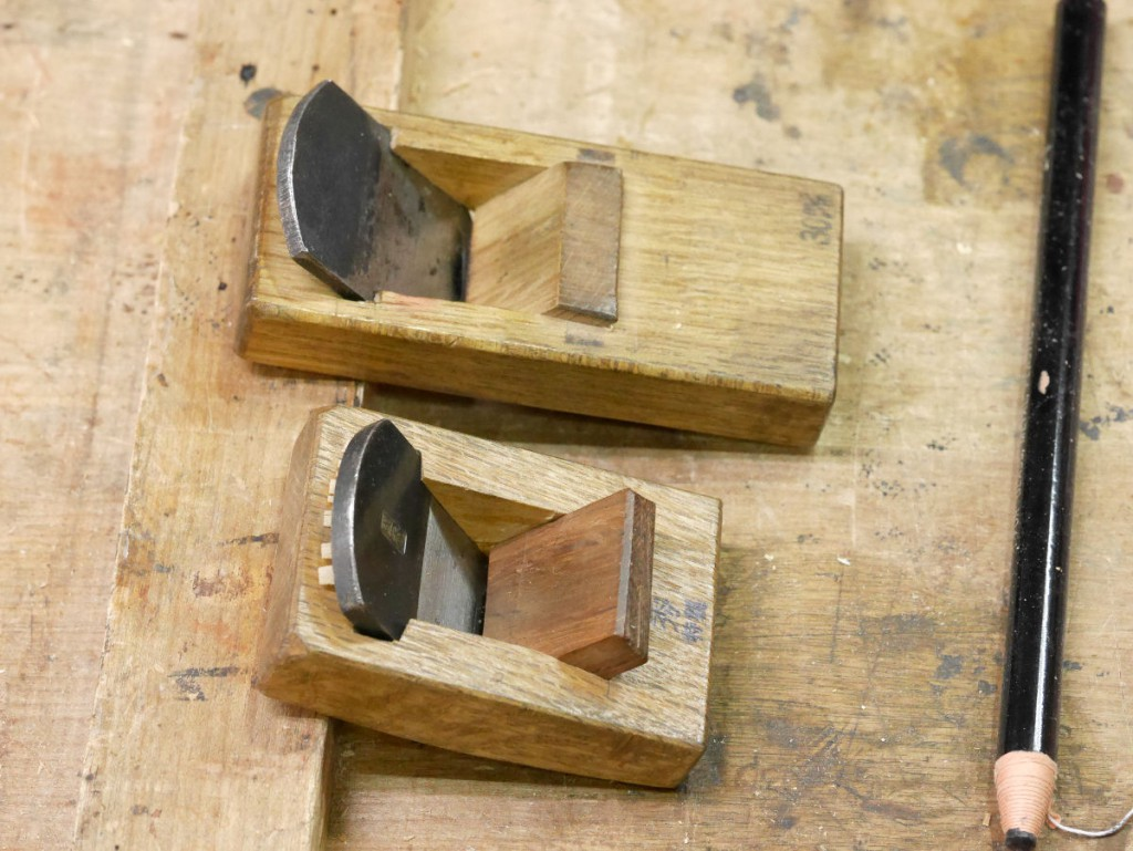 平と反台、2つの豆鉋。1枚刃だが、こうして刃口を管理しておけば逆目は掘れない