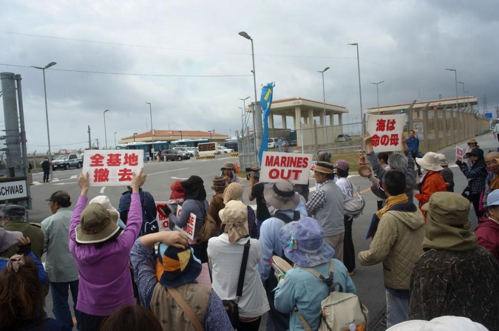 3月18日、キャンプシュワブのゲート前でレイプ事件に抗議。