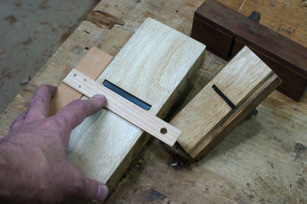 台直し用のジグと専用の台直し鉋。これで刃口を保護しながら脇も削る事が出来る。