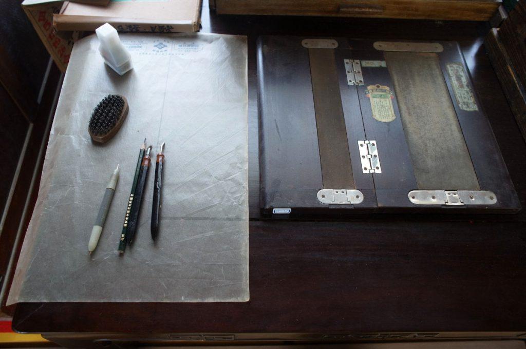 ガリ切りに使うヤスリ、修正液、鉄筆、ロウ原紙など。